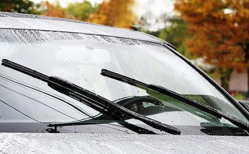 Cần gạt nước trên ô tô