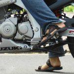 Cách sang số xe gắn máy khi đi trên đường