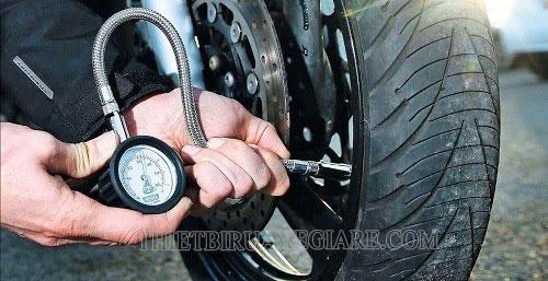 kiểm tra lốp xe thường xuyên
