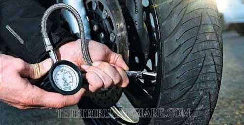 bơm lốp xe máy bao nhiêu kg